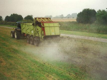 Ausbringen von Treibsel-Kompost auf den Elbdeichen in Schleswig-Holstein, Frühjahr 1998